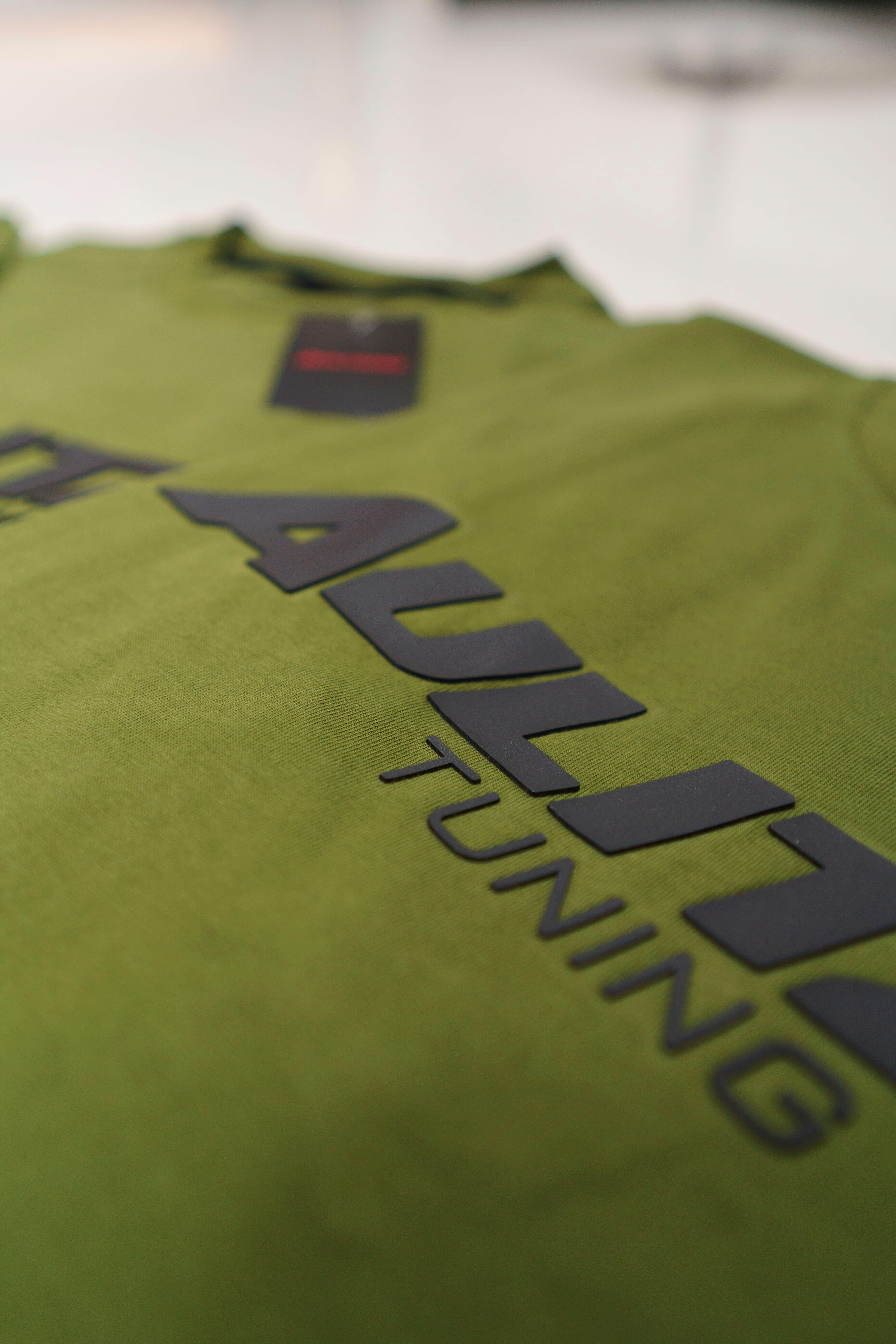 Aulitzky Tuning | T-Shirt | Olivgrün mit Gummi-Badge